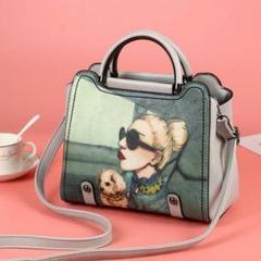 """Thumbnail of """"ショルダーバッグの女性は新品のバッグを斜めに肩にかける"""""""
