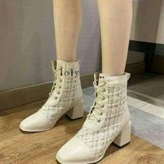 """Thumbnail of """"新作    白のマーティン?ブーツの女性、の新型ブーツ<"""""""
