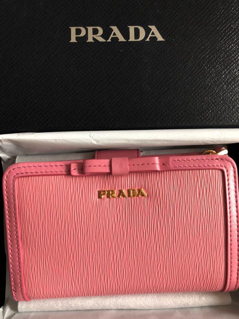 new product 26508 9d671 [新品未使用]新作 プラダ V. MODE ピンク 2つ折 リボン 財布♪(¥45,600) - メルカリ スマホでかんたん フリマアプリ