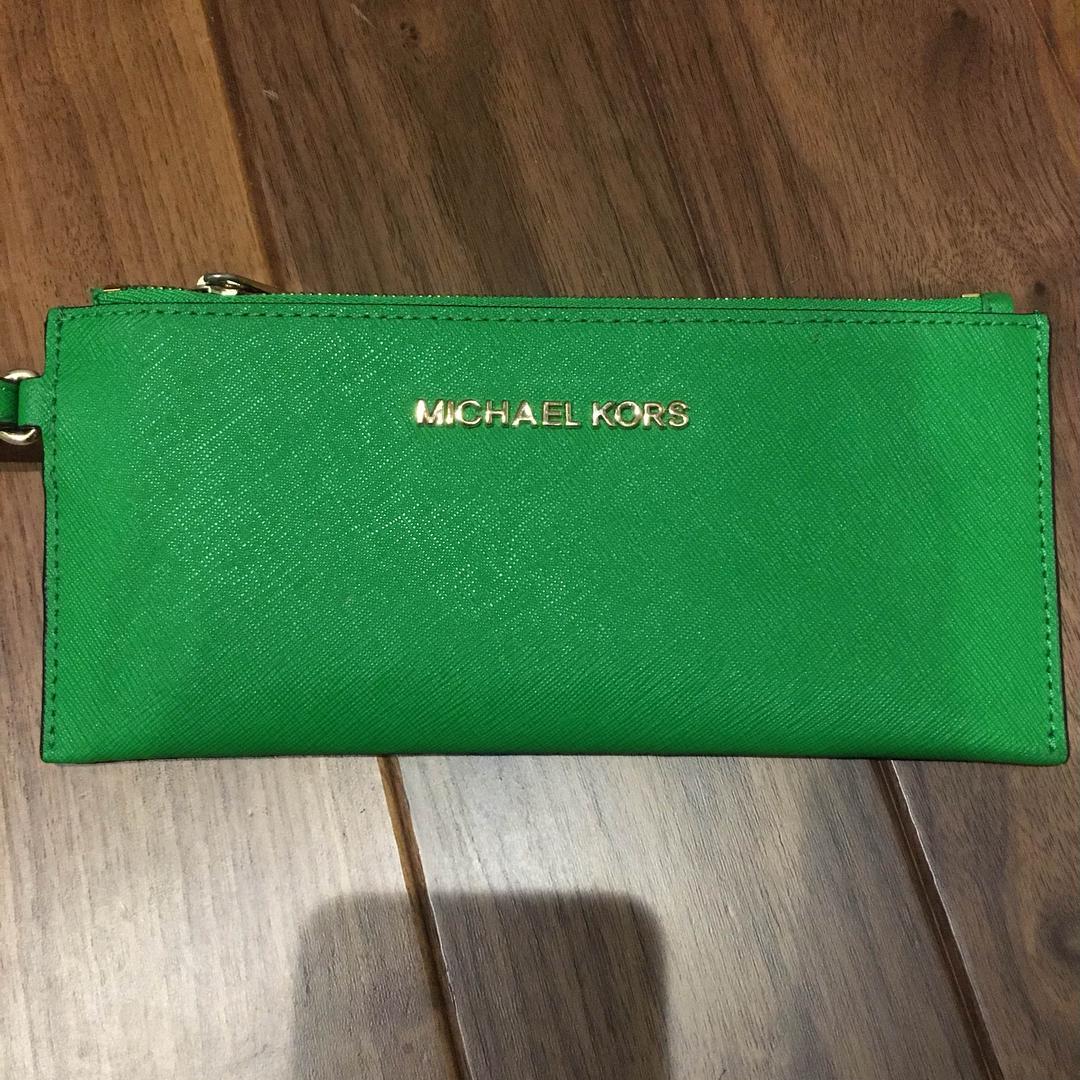 timeless design 93e59 ff58d マイケルコース 緑 クラッチ ポーチ 財布(¥5,000) - メルカリ スマホでかんたん フリマアプリ