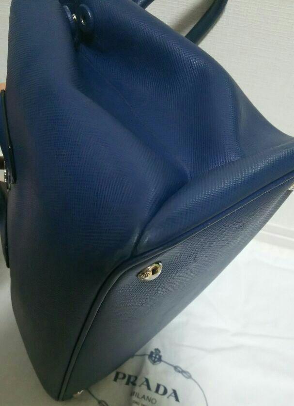 486447fcaa8d メルカリ - 定価40万円 レア PRADA ターンロック式バッグ ブルー プラダ ...