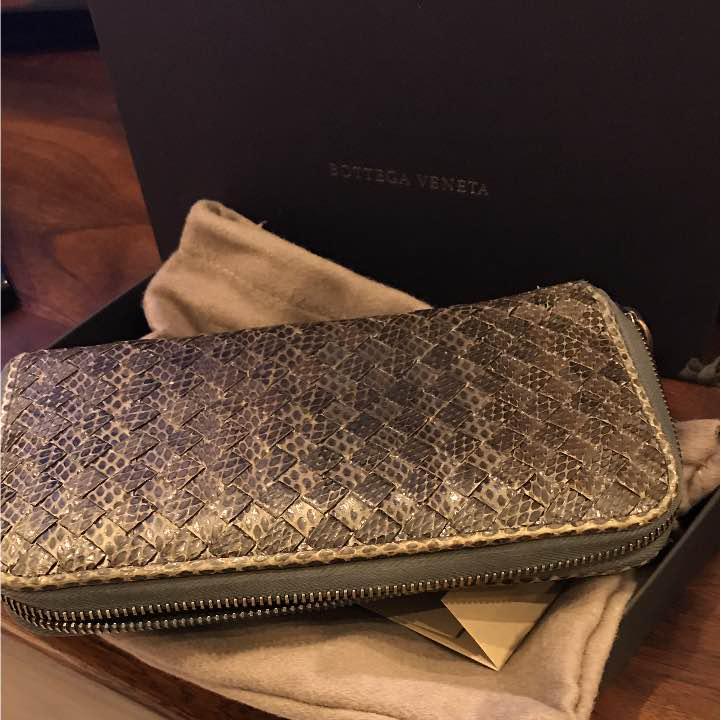 newest 4e80f 56bc5 ボッテガ 蛇革財布 グレー(¥13,000) - メルカリ スマホでかんたん フリマアプリ